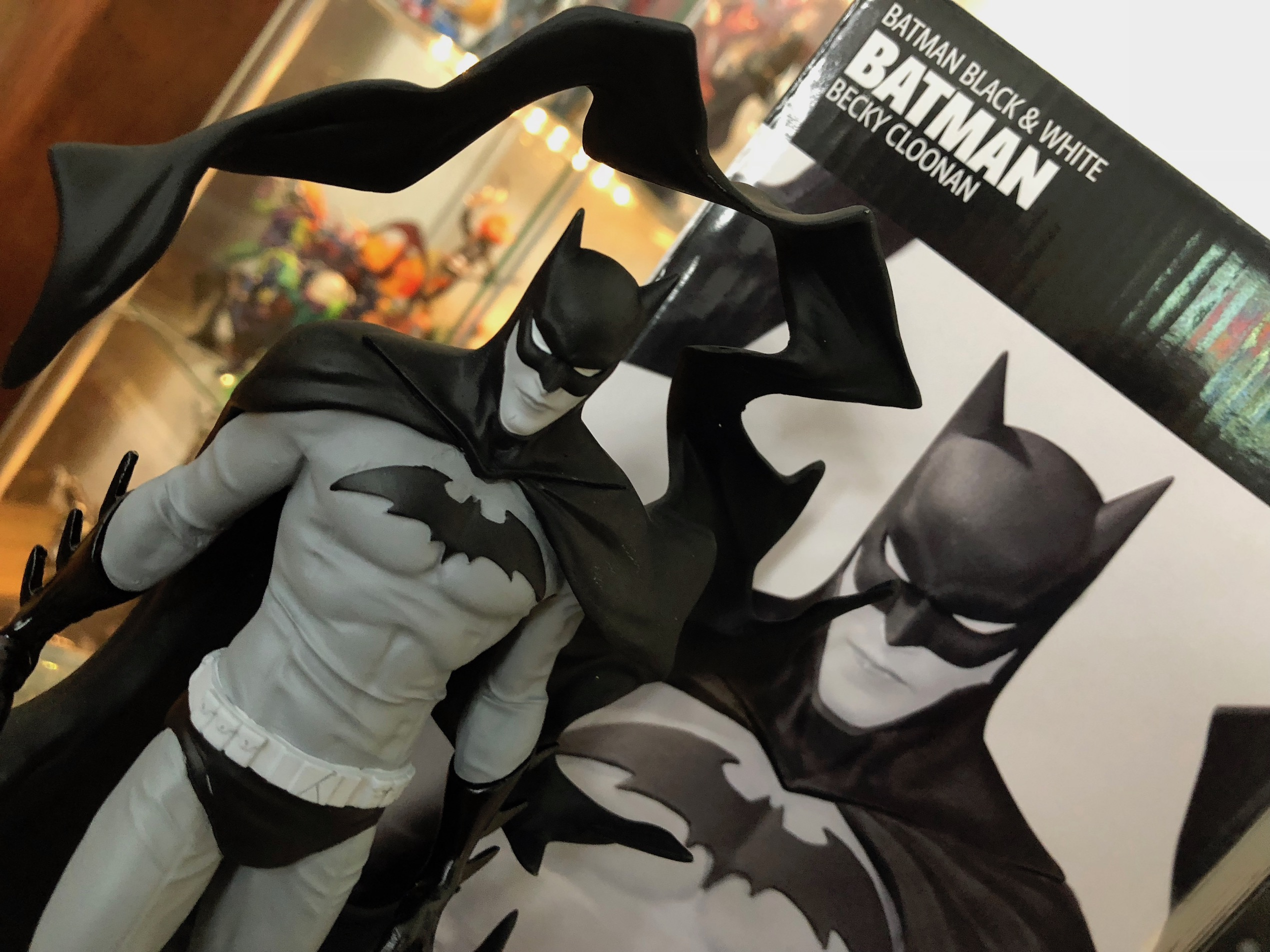 [WATCH] DC Collectibles Black & White: Batman by Becky Cloonan statue review