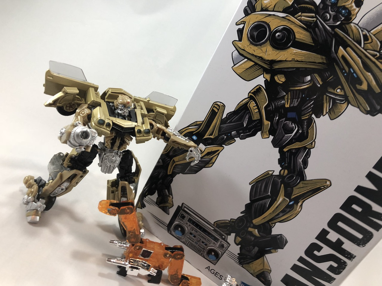 A build and unboxing of the SDCC 2018 exclusive Bumblebee Vol. 1 Retro Rock Garage.