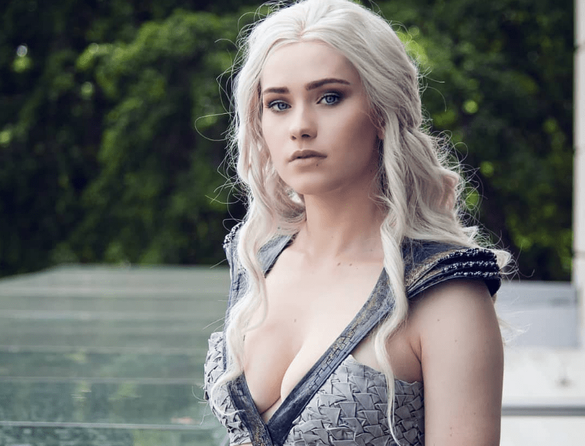 We're mad for this queen. Cosplayer Nichameleon looks amazing as Daenerys Targaryen in the following photoset.