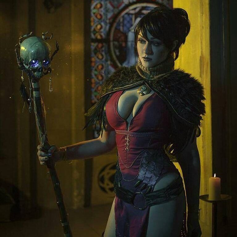 Senedy looks every bit Dragon Age's Witch of the Wilds, Morrigan, in the following photoset.